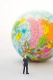 Рука бизнесмена думая или принимая решениее перед glo Стоковое Изображение
