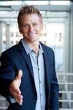 Рука бизнесмена удлиняя для рукопожатия Стоковое фото RF