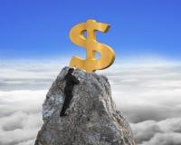 Рука бизнесмена хотеть для знака доллара на пике с небом Стоковая Фотография RF