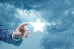 Рука бизнесмена щелкает дальше звезду стоковые изображения rf
