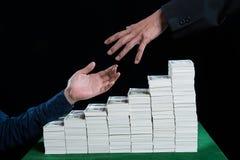 Рука бизнесменов достигает вне для того чтобы помочь другому agai руки Стоковые Фотографии RF