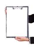 Рука бизнес-леди держа пустую доску сзажимом для бумаги изолированный Стоковые Фотографии RF