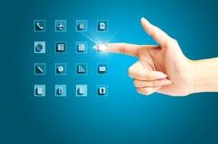 Рука бизнес-леди или женщины отжимая современные значки стоковое изображение rf
