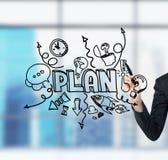Рука бизнес-леди которая рисует эскиз развития бизнес-плана на стеклянном экране Современный панорамный офис в нерезкости Стоковые Изображения RF