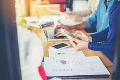 рука бизнес-леди работая на умных телефоне и портативном компьютере a Стоковое Фото