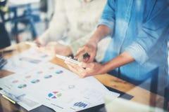 рука бизнес-леди работая на умных телефоне и портативном компьютере a Стоковая Фотография