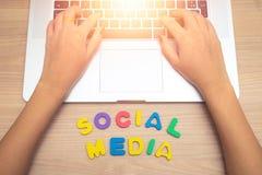 Рука бизнес-леди используя ПК с социальными письмами средств массовой информации, социальную концепцию компьтер-книжки средств ма стоковое фото rf