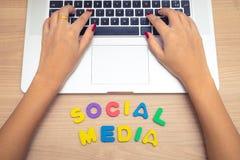 Рука бизнес-леди используя ПК с социальными письмами средств массовой информации, социальную концепцию компьтер-книжки средств ма стоковая фотография rf