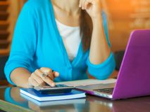 Рука бизнес-леди крупного плана используя калькулятор с кредитной карточкой Стоковые Изображения