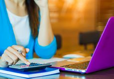 Рука бизнес-леди крупного плана используя калькулятор с кредитной карточкой Стоковое Фото