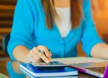 Рука бизнес-леди крупного плана используя калькулятор Стоковая Фотография RF