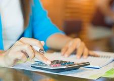 Рука бизнес-леди крупного плана используя калькулятор Стоковые Фотографии RF