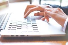 Рука бизнес-леди работает на портативном компьютере в офисе стоковые фотографии rf