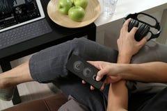рука битника используя умный телефон для busine передвижных оплат онлайн Стоковые Фотографии RF