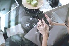 рука битника используя умный телефон для busine передвижных оплат онлайн Стоковое Фото