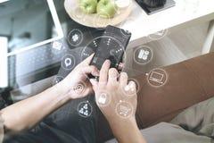 рука битника используя умный телефон для busine передвижных оплат онлайн Стоковое Изображение RF
