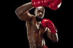 Рука боксера над черной предпосылкой Концепция прочности, нападения и движения стоковые изображения