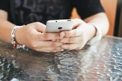 Рука браслета женщины нося используя smartphone для проверять сома Стоковое фото RF