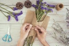 Рука взгляд сверху флориста женщины создавая букет цветка Стоковые Изображения