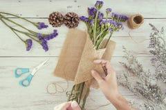 Рука взгляд сверху флориста женщины создавая букет цветка Стоковая Фотография RF