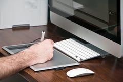 Рука взрослого мужчины используя таблетку чертежа Стоковое Изображение