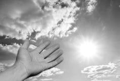 рука вне достигая солнце к стоковая фотография rf