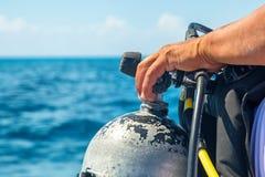 Рука водолаза акваланга на крупном плане танка Стоковая Фотография RF
