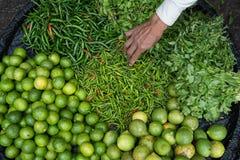Рука выбирая вверх chilies от корзины стоковое фото rf