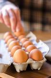 Рука выбирая яичко от коробки Стоковые Фотографии RF