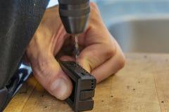Рука влагомера ремонта молодого человека с отверткой дома Стоковое Изображение
