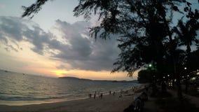 Рука владением молодой женщины мужская идя на пляж на этап камеры действия захода солнца Vew счастливой усмехаясь девушки на взмо видеоматериал