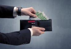 Рука в костюме принимает вне евро от бумажника Стоковое Изображение