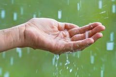 рука в дожде Стоковые Фотографии RF