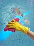 Рука в окне чистки перчатки на предпосылке голубого неба Стоковое Изображение RF
