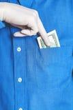Рука в перчатке получает счет от его карманного конца вверх Стоковое Изображение RF
