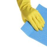 Рука в резиновой перчатке при губка изолированная на белизне Стоковые Изображения