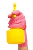 Рука в розовой перчатке держа бутылку брызга Стоковая Фотография RF