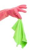 Рука в розовой перчатке держа ткань Стоковое Фото