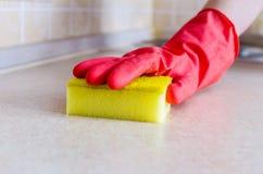 Рука в wipe перчатки Стоковая Фотография