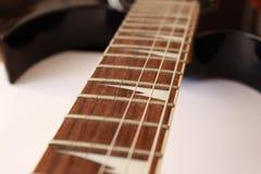 рука гитары предпосылки черная его вертикаль плеча игрока игры фото твердая Стоковое фото RF