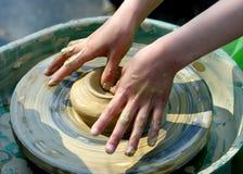 рука глины ребенка делает моделирование Стоковые Изображения RF