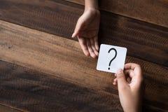 Рука давая вопросительный знак написанный примечания стоковые фото
