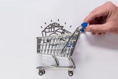 Рука двигает магазинную тележкау стоковая фотография