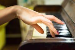 Рука движения женская играя старый винтажный рояль Стоковая Фотография