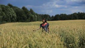 Рука девушки в пшеничном поле сток-видео