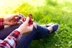 Рука девушки держа вращая обтекатель втулки Стоковые Фотографии RF