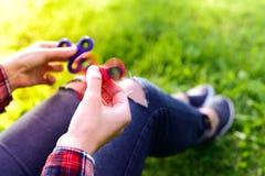 Рука девушки держа вращая обтекатель втулки Стоковые Фото