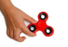 рука девушки держа популярную игрушку обтекателя втулки непоседы Стоковые Изображения RF