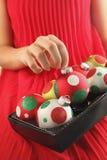 Рука девушки держа шарик рождества Стоковые Изображения