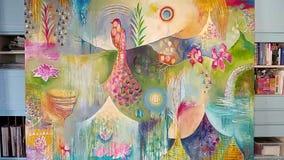 Рука девушки художника женщины женская рисуя красочную картину с щеткой на холсте в студии искусства изображение картины щетки акции видеоматериалы
